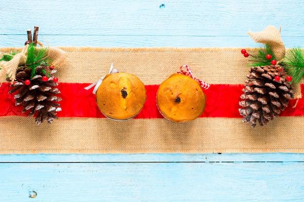 フルーツとクリスマスデコレーションのミニパネットーネ、