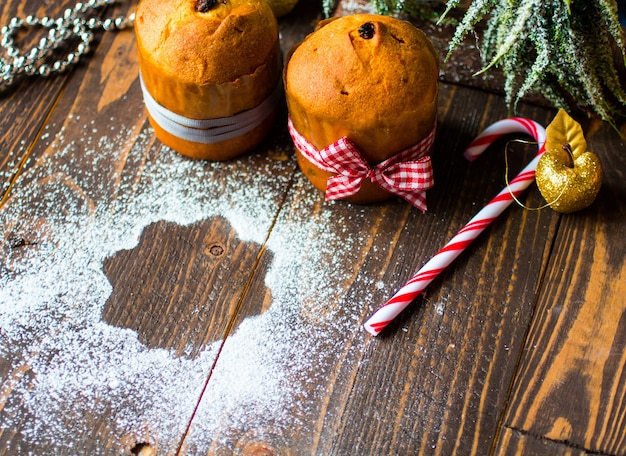 Мини-панеттоне и пандоро, с фруктами и новогодним украшением,