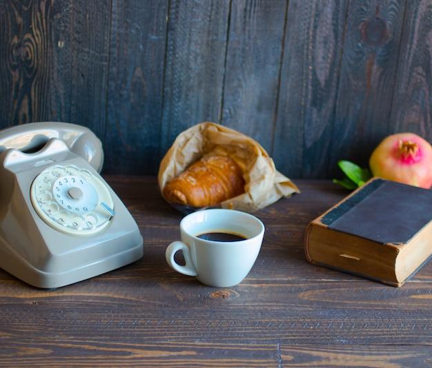 Старый старинный телефон, кофе, книга