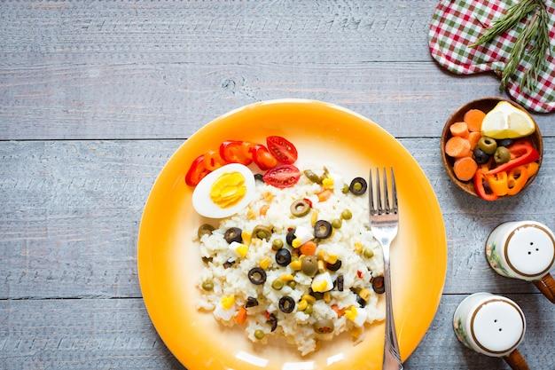 白いご飯とベジタリアンの新鮮なサラダ