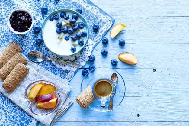Здоровый завтрак с черникой и банановым йогуртом