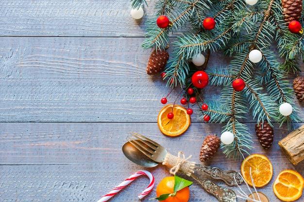 Предпосылка рождественских каникул с орнаментами на деревенской деревянной предпосылке.