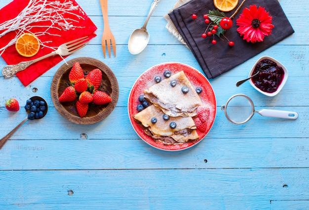 Свежие клубничные блинчики или блины с ягодами и шоколадом