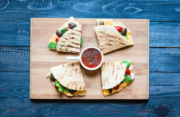 おいしい野菜のケサディーヤとトマトオリーブサラダとチェダーチーズ