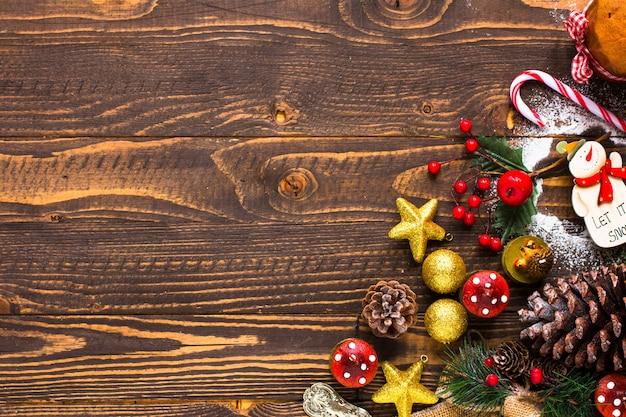 Мини панеттоне с фруктами и новогодним украшением