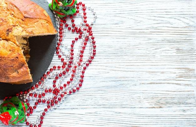 チョコレートとクリスマスデコレーションとパネトーネ