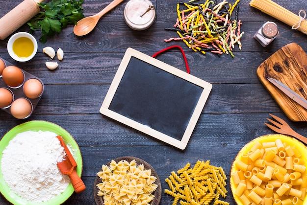 パスタの背景。野菜のパスタのいくつかのタイプトップビュー