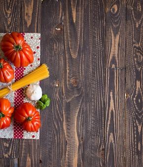テキストの素朴な木製の背景の空き領域に牛心臓トマト。