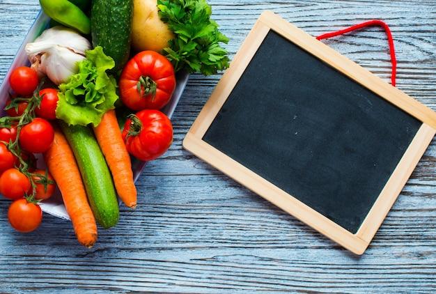 健康食品とコピースペース新鮮な野菜