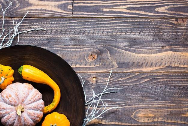 ハロウィーンのカボチャ、木製の表面