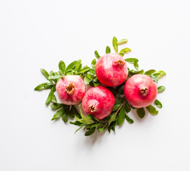 素朴な木製の背景、テキストの前に空き領域にザクロの果実。