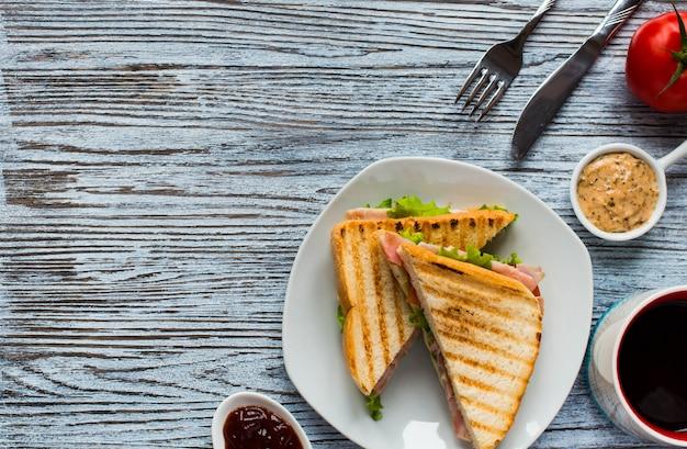 Вид сверху здоровый сэндвич тост на деревянной поверхности