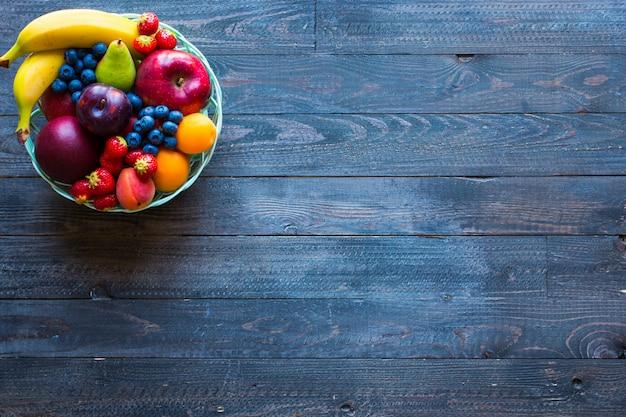 新鮮なフルーツの背景のボウル