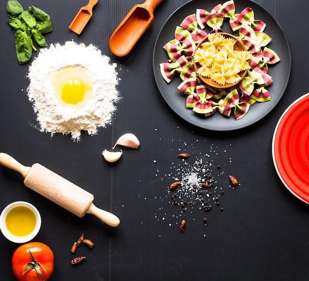 野菜とハーブ入りの数種類の乾燥パスタ。上面図
