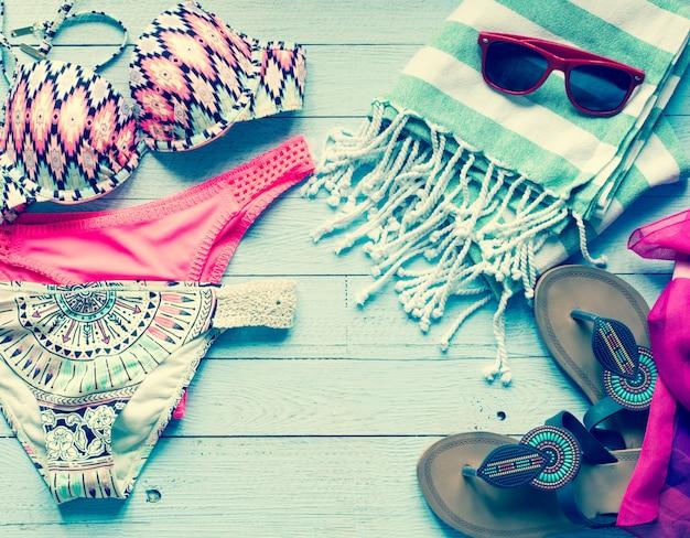 Бикини купальника женщин моды лета, концепция каникул, открытый космос перед текстом.