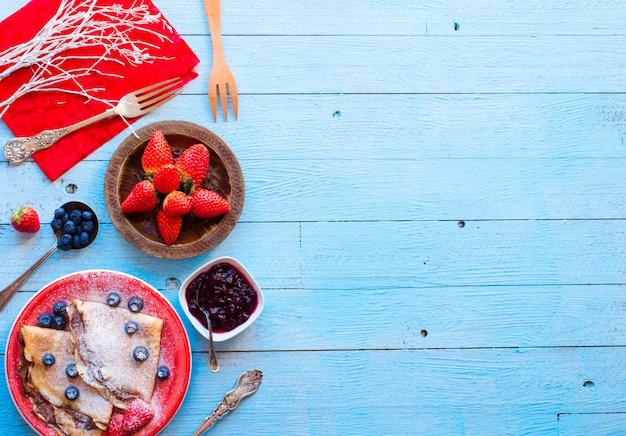 新鮮なイチゴのパンケーキまたはベリーとチョコレートのクレープ