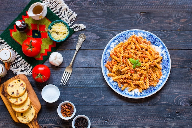 フジッリパスタ、トマトソース、トマト、玉ねぎ、ニンニク、乾燥パプリカ、オリーブ、コショウ、オリーブオイル
