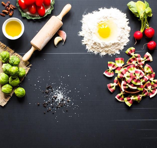 パスタの背景。数種類の野菜とハーブの乾燥パスタ。上面図