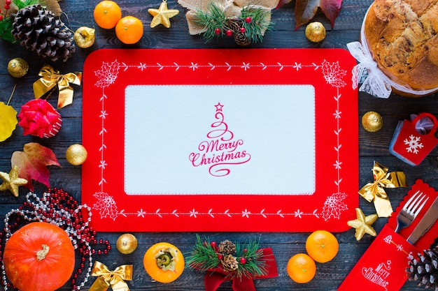 チョコレートとさまざまなクリスマス装飾が施された伝統的なイタリアのクリスマスケーキ、