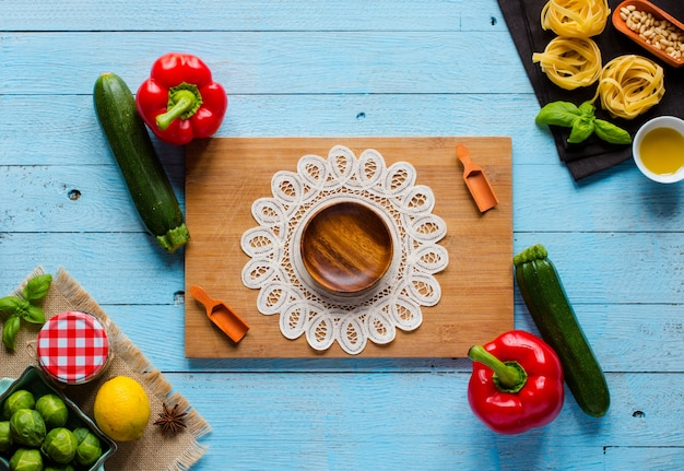 パスタタリアテッレ、木製のテーブル、トップビューでペストソースと他の野菜