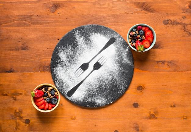 穀物。ミューズリーとボウルに入れた新鮮な果物の朝食