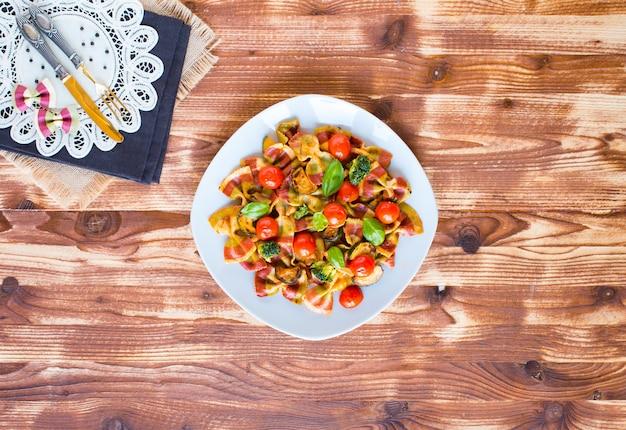 トマトソースとさまざまな種類の野菜のイタリアンパスタファルファッレ