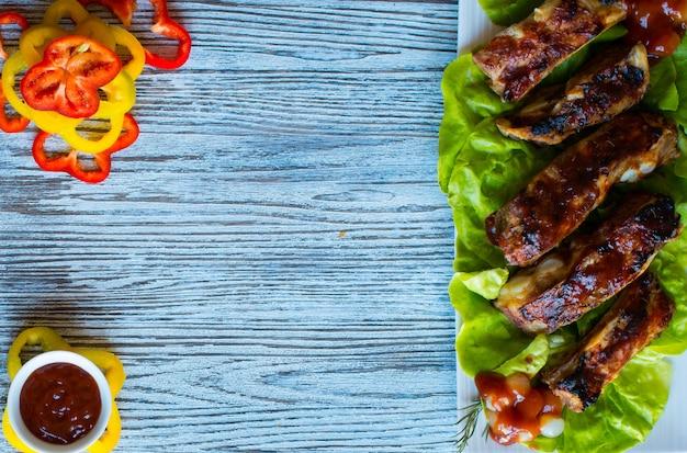 バーベキューグリルポークリブと野菜