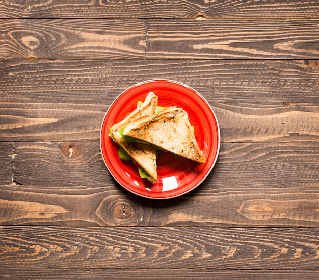 健康的な食事のためのさまざまな成分を含むビーガン全粒粉サンドイッチ、