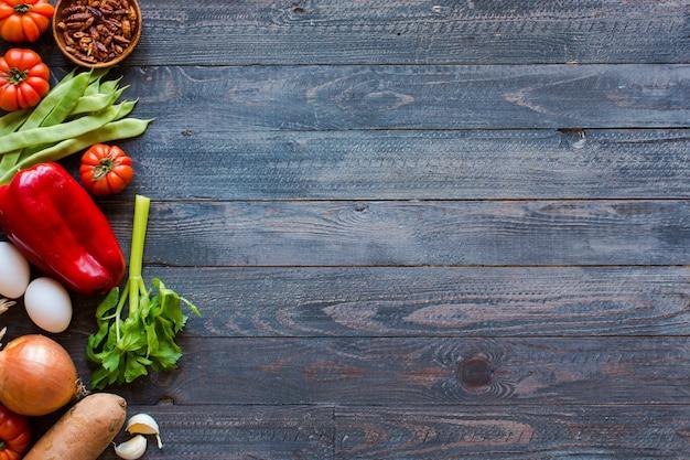 古い木製のテーブル、テキスト用のスペースに野菜の種類。