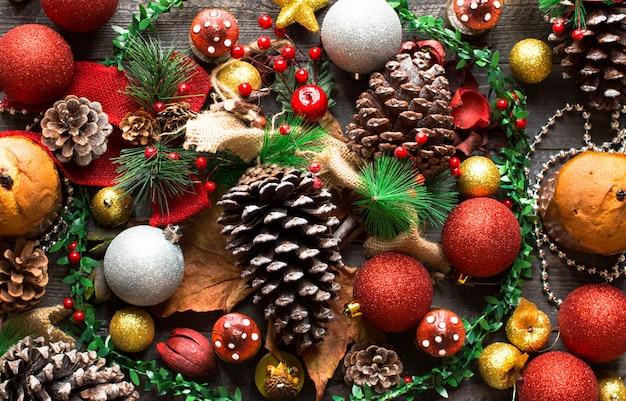 Мини-панеттоне с фруктами и новогодним украшением,
