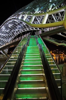 夜のジョージア州トビリシの橋