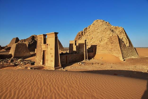スーダン砂漠のメロエの古代のピラミッド