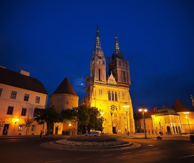 夜、ザグレブ、クロアチアの被昇天大聖堂