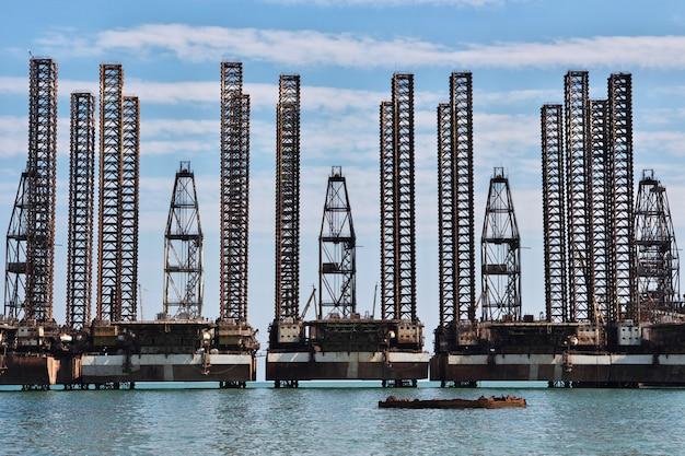 アゼルバイジャン、カスピ海の石油掘削装置