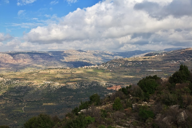 Вид на горы недалеко от деревни дейр-аль-камар, ливан