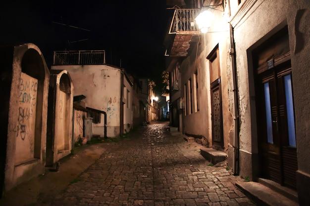 Улица в городе орхидея, македония ночью