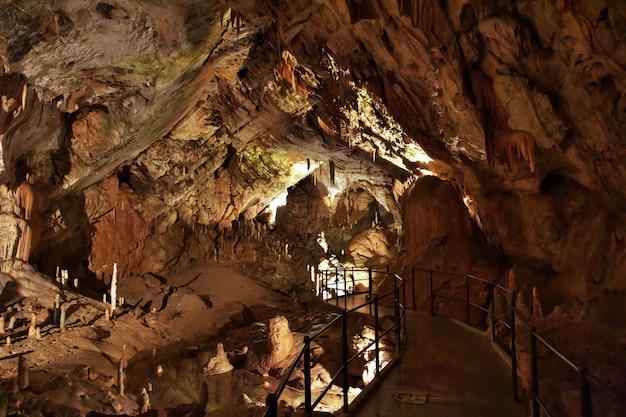 Постойны пещеры в горах словении