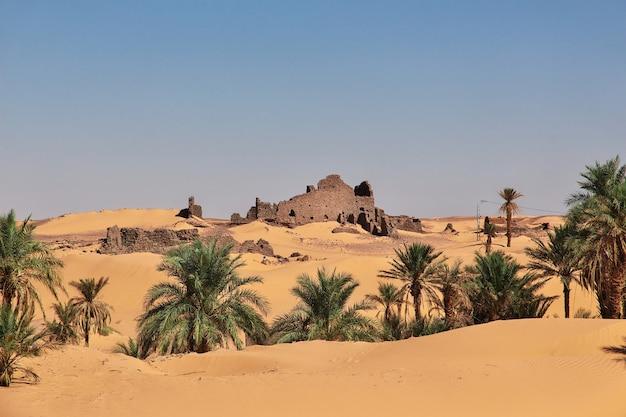 Руины заброшенного города тимимун в пустыне сахара, алжир