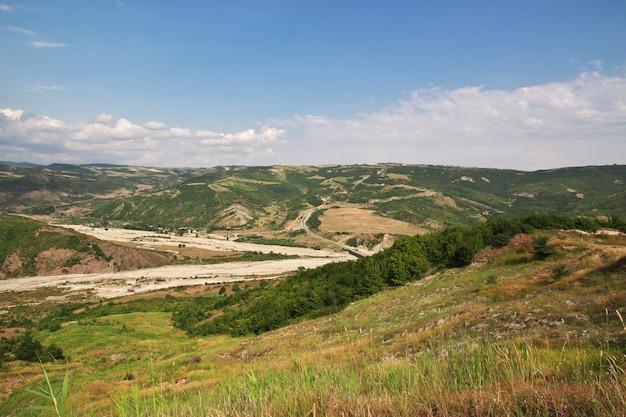 アゼルバイジャンのコーカサス山脈の谷