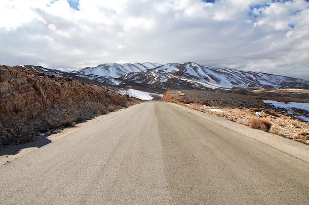 Дорога в долине бекаа в ливане