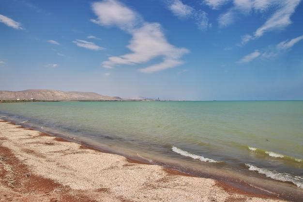 アゼルバイジャンのカスピ海の野生の海岸