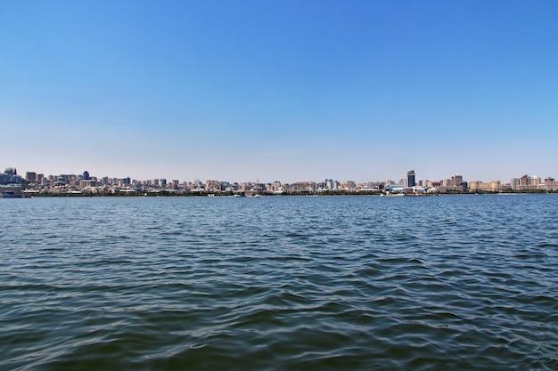 Вид на город баку с каспийского моря, азербайджан