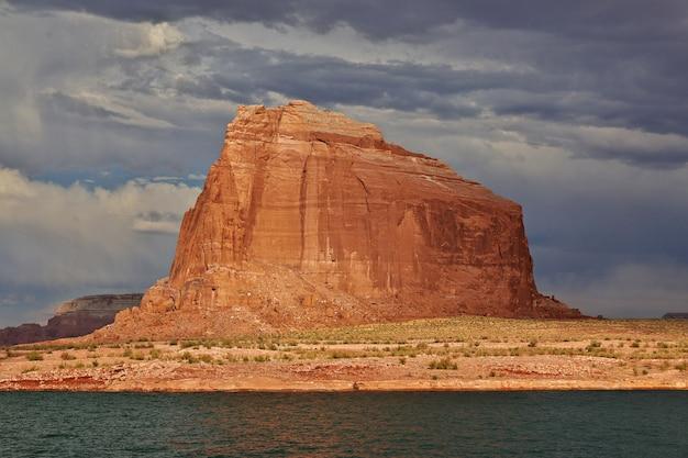 アメリカ、ペイジ、アリゾナ州のパウエル湖の山の近く