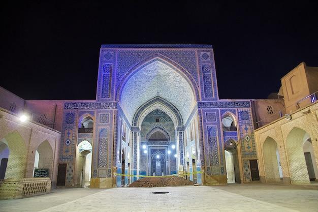 夜、イランのヤズドのジャメモスク