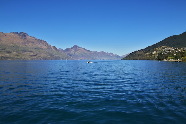 Горы вдоль залива недалеко от куинстауна, новая зеландия