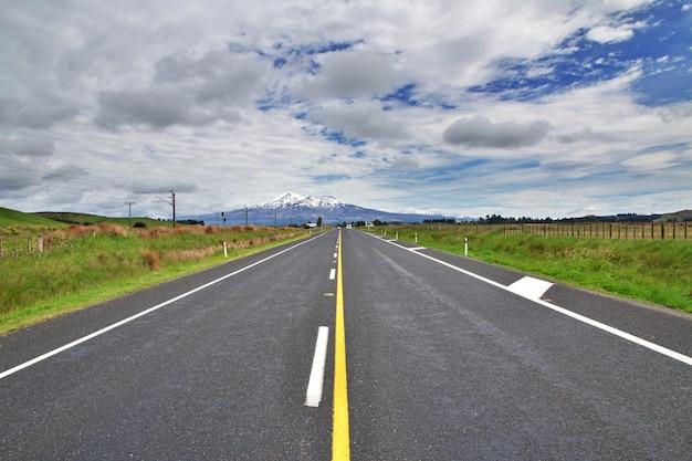 Трасса в национальном парке тонгариро, новая зеландия
