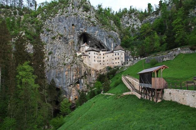 スロベニアの山のポストイナ城