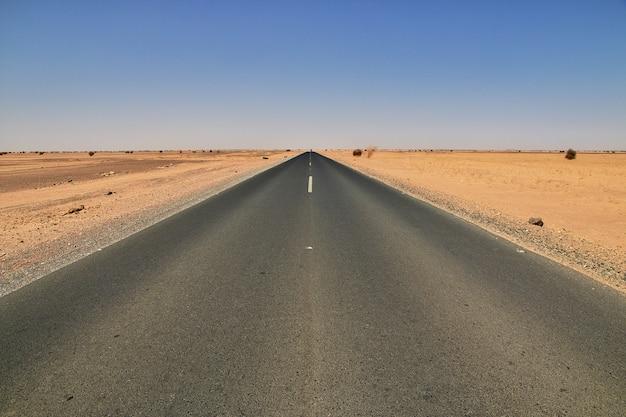 スーダンのサハラ砂漠の道