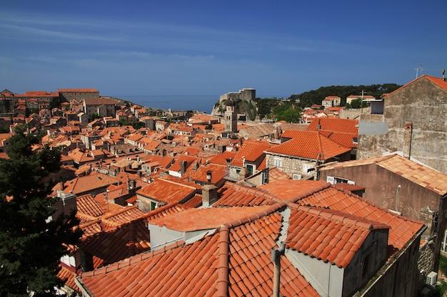 Красные крыши в городе дубровник на адриатическом море, хорватия