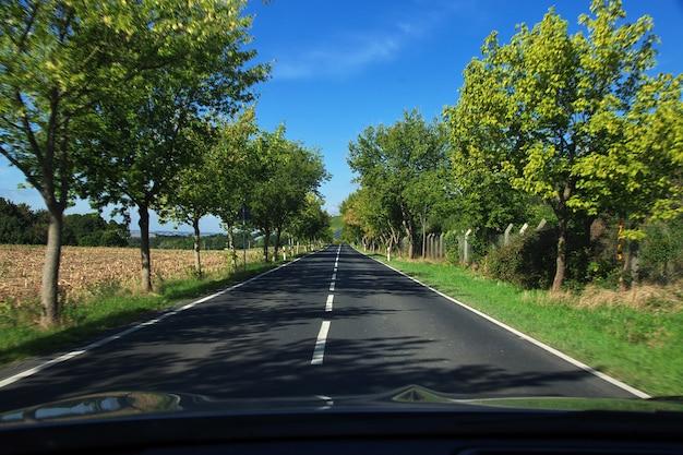 ザクセン州、ドイツのモーリッツブルクシュロスへの道